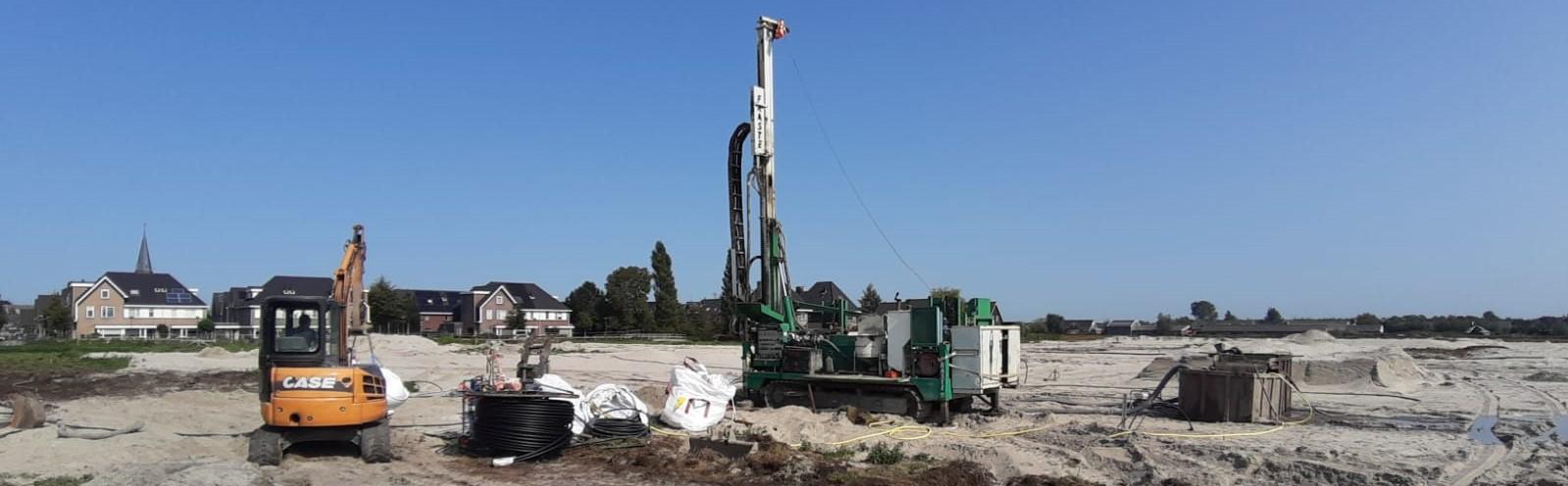 Als eerste op het bouwterrein om bodemwisselaars aan te leggen. Perfecte boorlocatie voor de bouw uit.